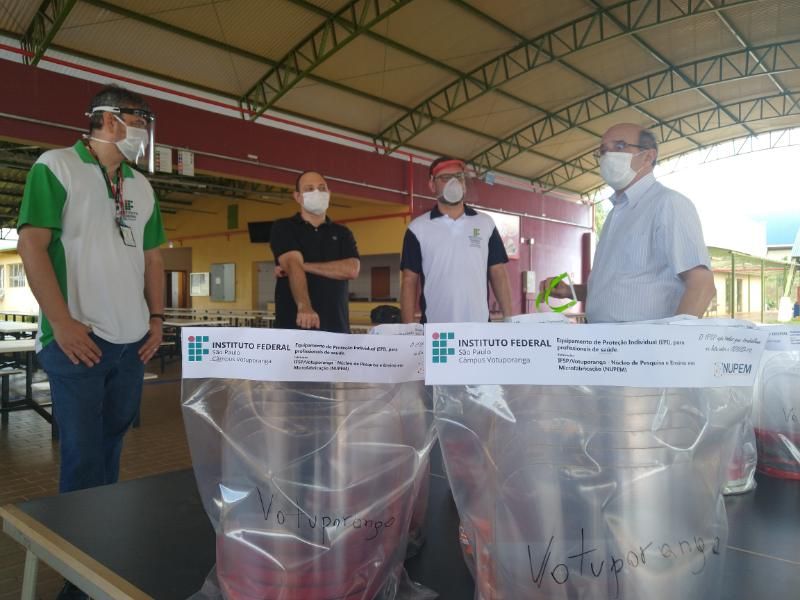 Prefeito João Dado recebe (à direita) recebe face shields produzidas e doadas pelo Câmpus Votuporanga